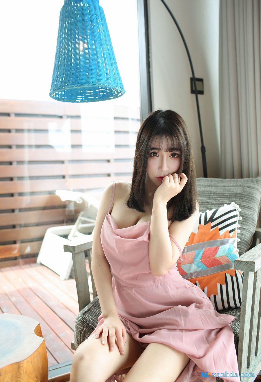 người đẹp mặc váy ngắn hồng