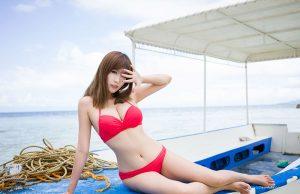gái xinh mặc bikini màu hồng trên biển